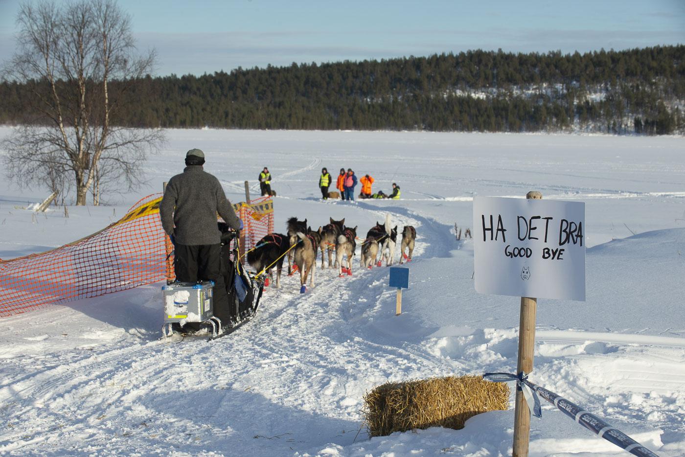Petter Karlsson departs the Øvre Pasvik checkpoint to begin the return leg of the 2019 Finnmarksløpet.